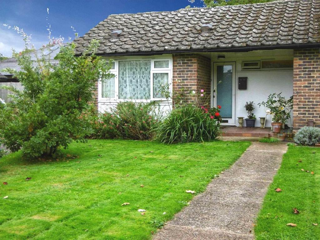 1 Bedroom Bungalow for sale in OXSHOTT