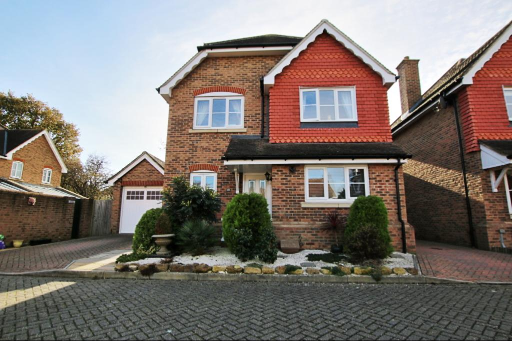 4 Bedrooms Detached House for sale in Marlow Drive, Hailsham BN27