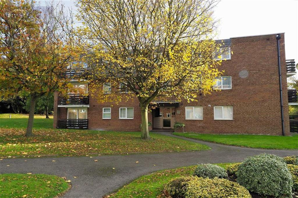 2 Bedrooms Flat for sale in Parkmore Close, Woodford Green, Essex