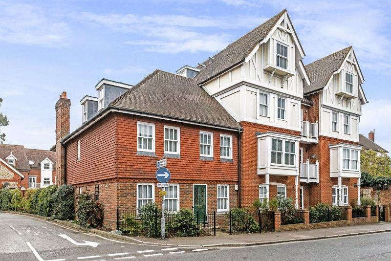 2 Bedrooms Apartment Flat for sale in Chartwood Place, RH4