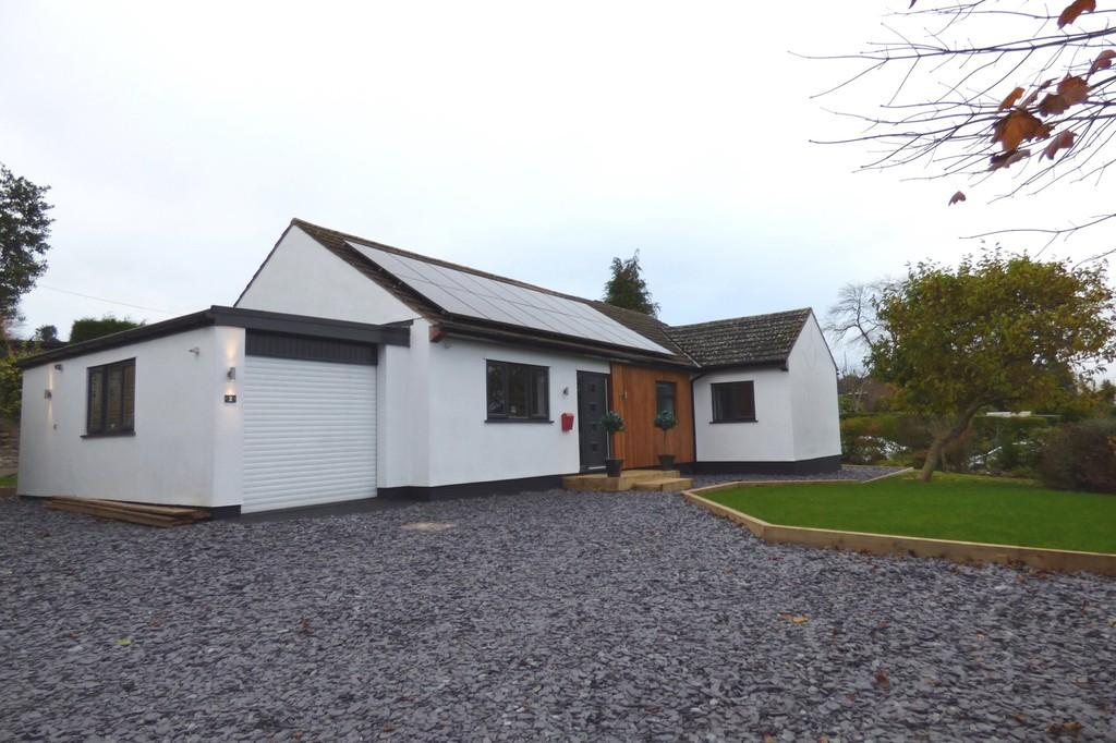 3 Bedrooms Detached Bungalow for sale in Rock Crescent, Oulton, Stone