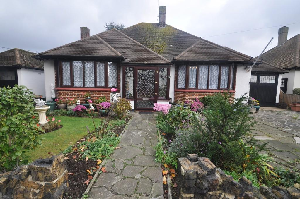 3 Bedrooms Detached Bungalow for sale in Thorpe Bay, Essex