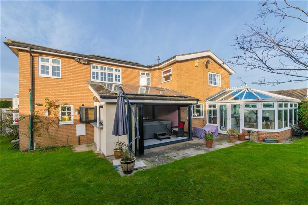 4 Bedrooms Detached House for sale in Ripon Way, Carlton Miniott