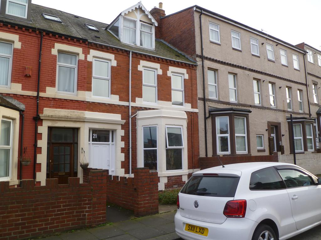 2 Bedrooms Flat for sale in North Parade, Whitley Bay NE26