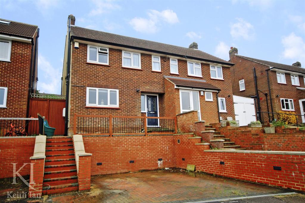 3 Bedrooms Semi Detached House for sale in Barley Ponds Close, Ware