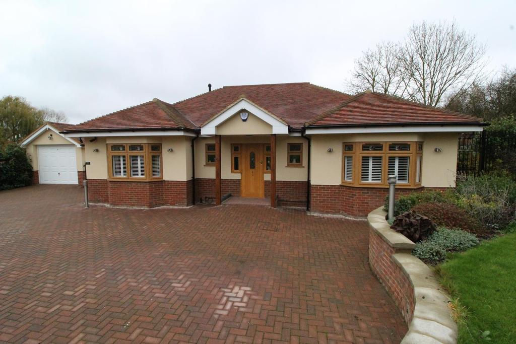 3 Bedrooms Detached Bungalow for sale in Hall Lane, Upminster, Essex, RM14