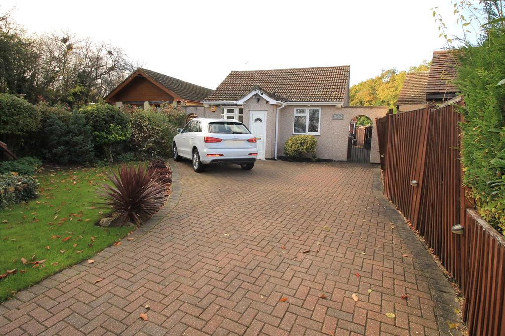 3 Bedrooms Detached Bungalow for sale in Days Lane, Pilgrims Hatch, Brentwood, Essex, CM15