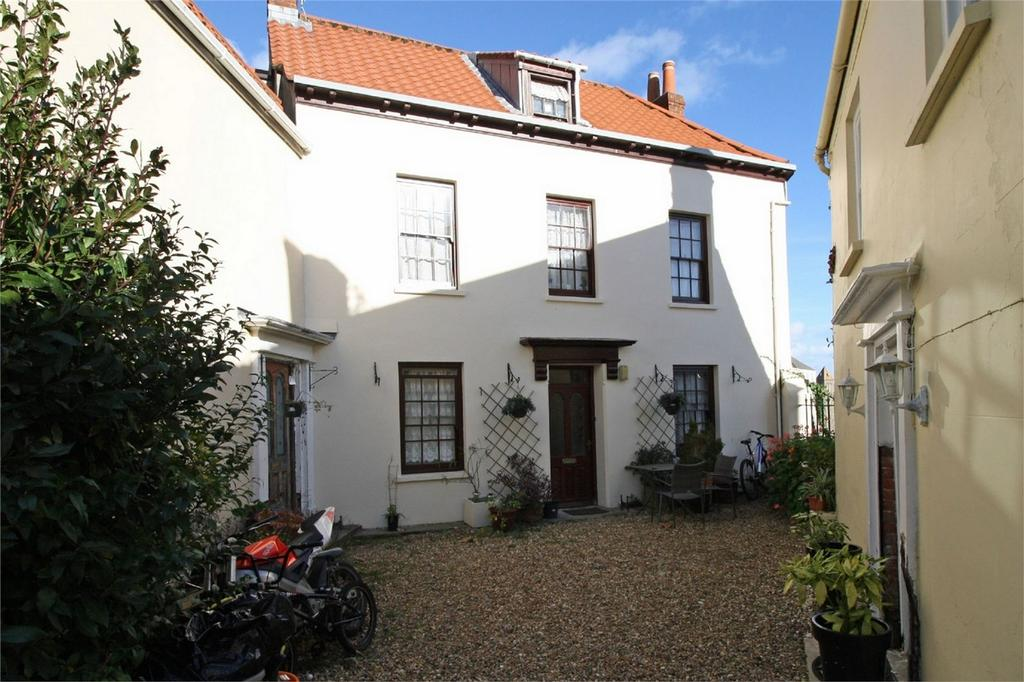 4 Bedrooms Semi Detached House for sale in 9 Mount Durand, St Peter Port