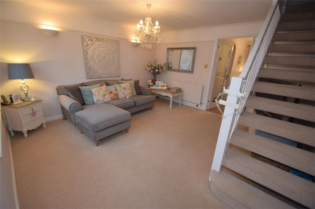 3 Bedrooms Semi Detached House for sale in Gatcombe Close, Walderslade, Kent