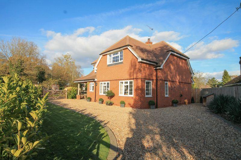 4 Bedrooms Detached House for sale in The Drive, Ifold