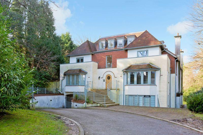 2 Bedrooms Penthouse Flat for sale in Sutton Tye, 61 Oathall Road, Haywards Heath
