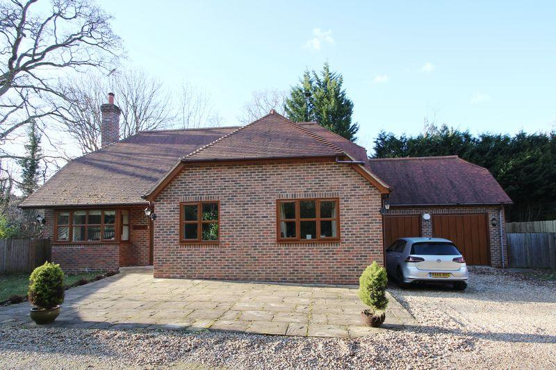 3 Bedrooms Detached Bungalow for sale in The Drive, Ifold