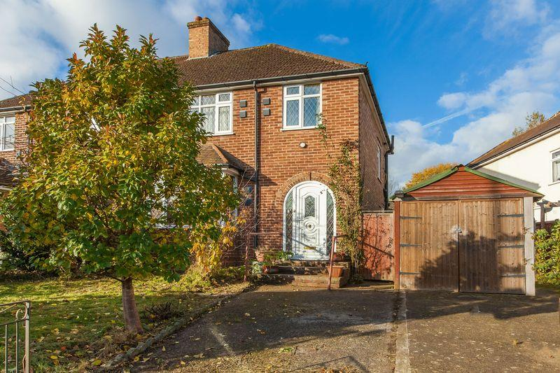 3 Bedrooms Semi Detached House for sale in Beckingham Road, Guildford
