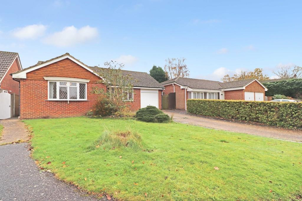 3 Bedrooms Detached Bungalow for sale in Folders Close, Burgess Hill