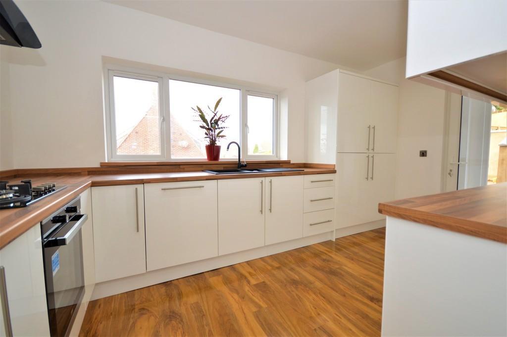 4 Bedrooms Detached House for sale in Nunwell Street, Sandown