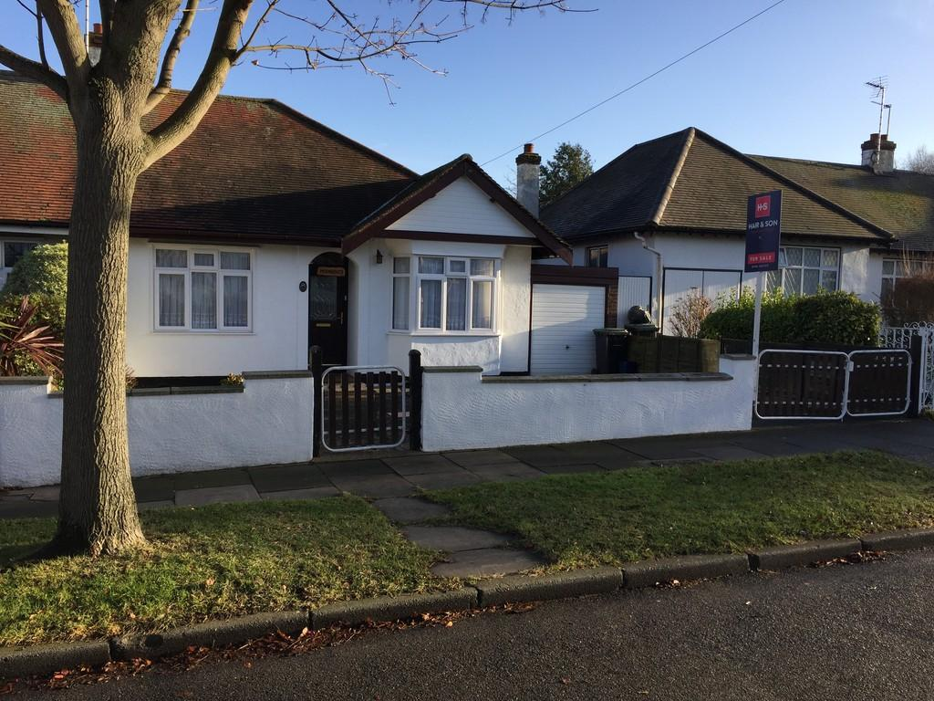 2 Bedrooms Semi Detached Bungalow for sale in Exford Avenue, Westcliff-on-Sea