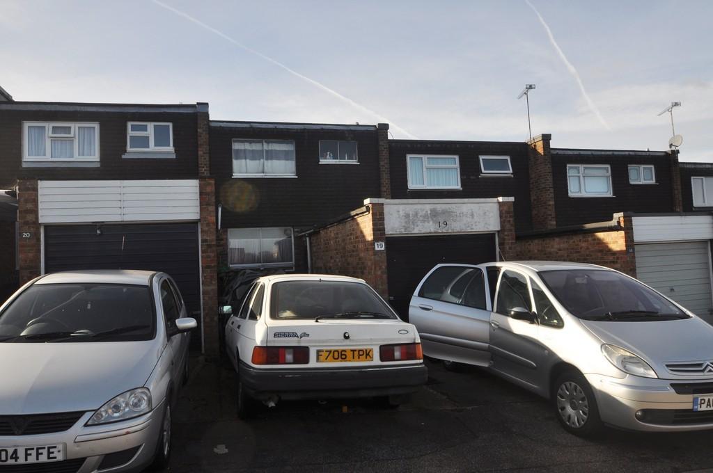3 Bedrooms Terraced House for sale in Berkley Hill, Corringham