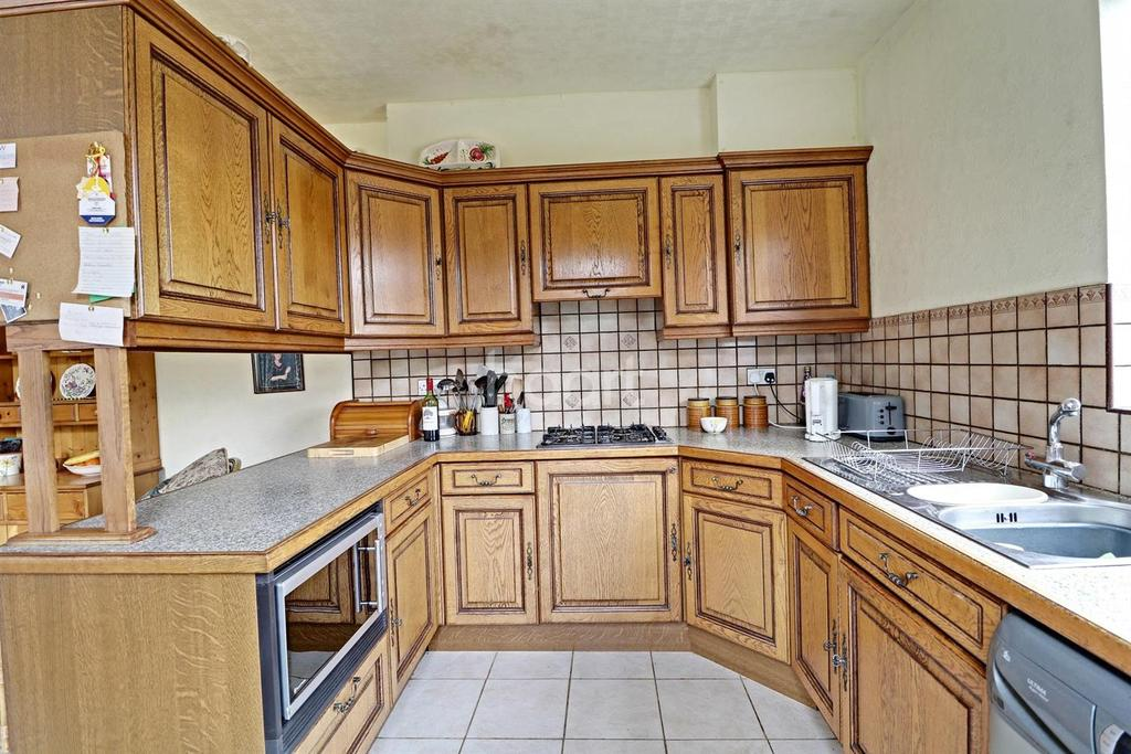 5 Bedrooms Semi Detached House for sale in Axholme Road, Doncaster