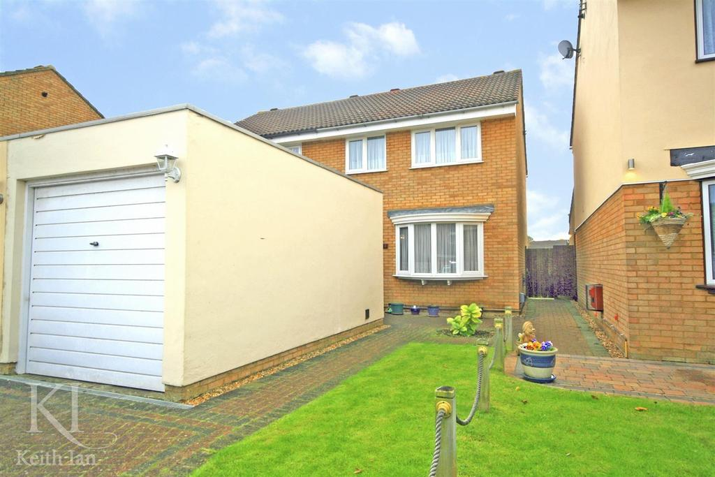 3 Bedrooms Semi Detached House for sale in Demontfort Rise, Ware