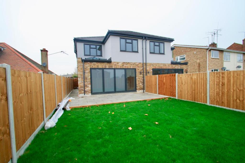 3 Bedrooms Semi Detached House for sale in Elmsleigh Drive, Leigh-On-Sea