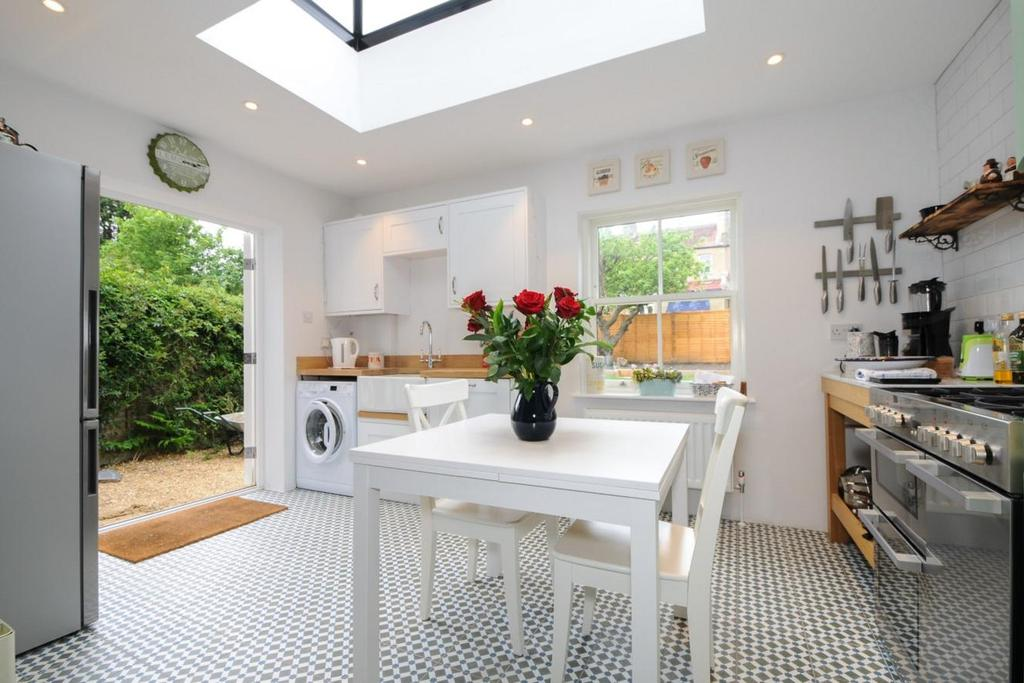 2 Bedrooms Flat for sale in Broadfield Road, Catford