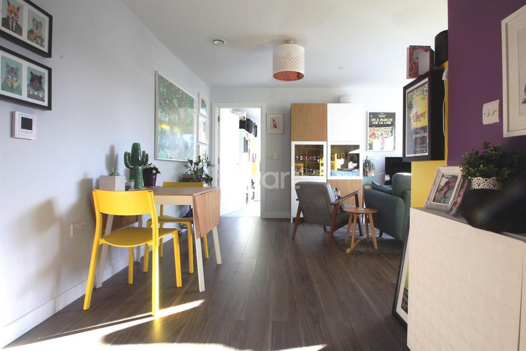 2 Bedrooms Flat for sale in Deepak House, London