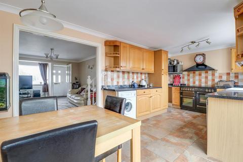 4 bedroom semi-detached house for sale - Oak Walk, Benfleet
