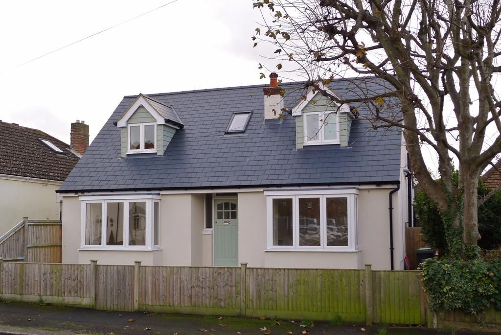 4 Bedrooms Chalet House for sale in LEE-ON-THE-SOLENT AUCTION GUIDE PRICE 350,000 - 400,000