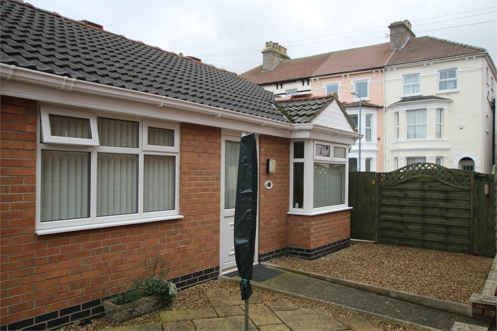2 Bedrooms Terraced Bungalow for sale in 1 Saffron Court, Withernsea, East Riding of Yorkshire