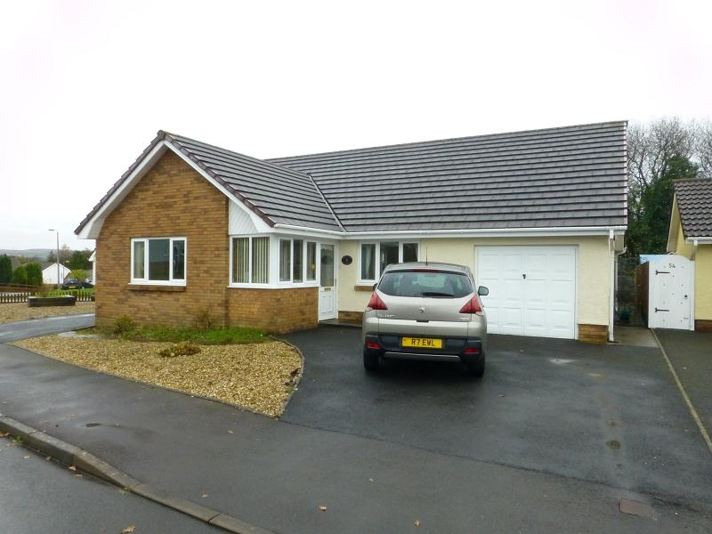 3 Bedrooms Bungalow for sale in Delfryn , Capel Hendre, Ammanford, Carmarthenshire.