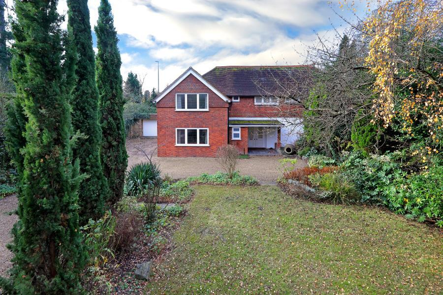 4 Bedrooms Detached House for sale in Englefield Green, Surrey