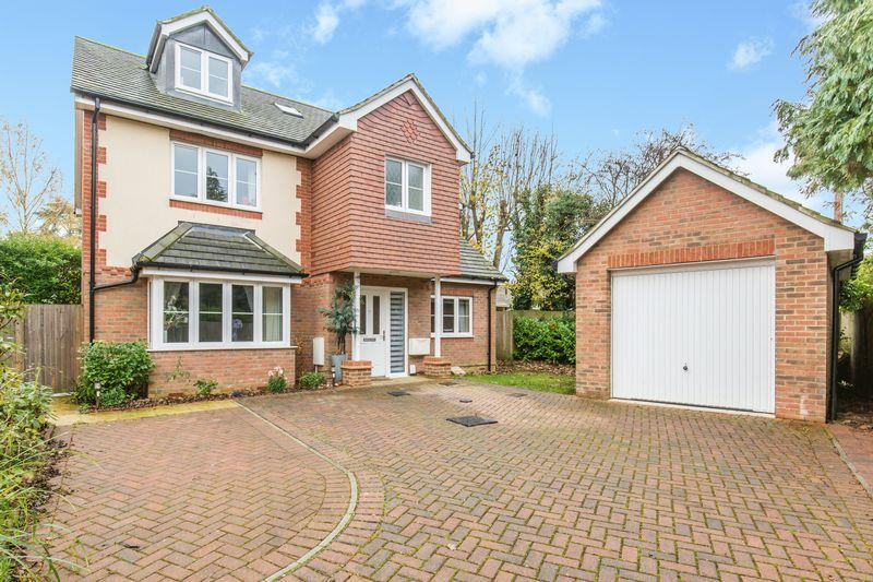 4 Bedrooms Detached House for sale in Hawthorne Gardens, Caterham