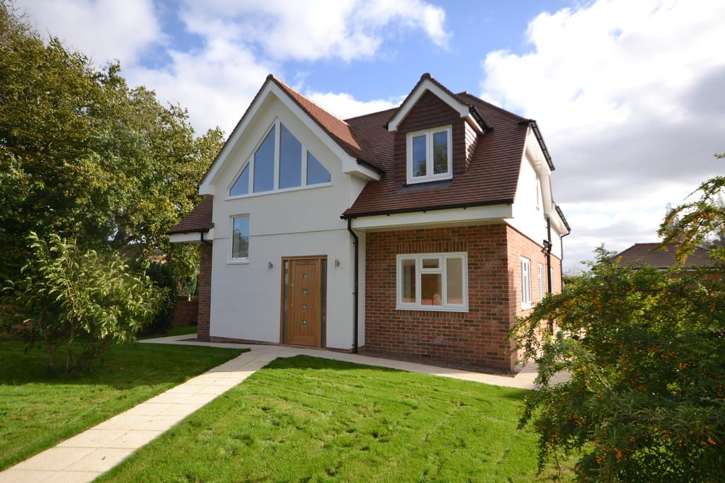 3 Bedrooms Detached House for sale in Coach Road, Westhampnett
