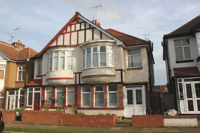 3 Bedrooms Semi Detached House for sale in Inverness Avenue, Westcliff-On-Sea