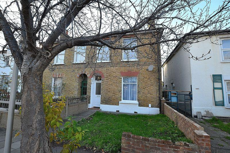 3 Bedrooms Semi Detached House for sale in Stanley Road, Bromley
