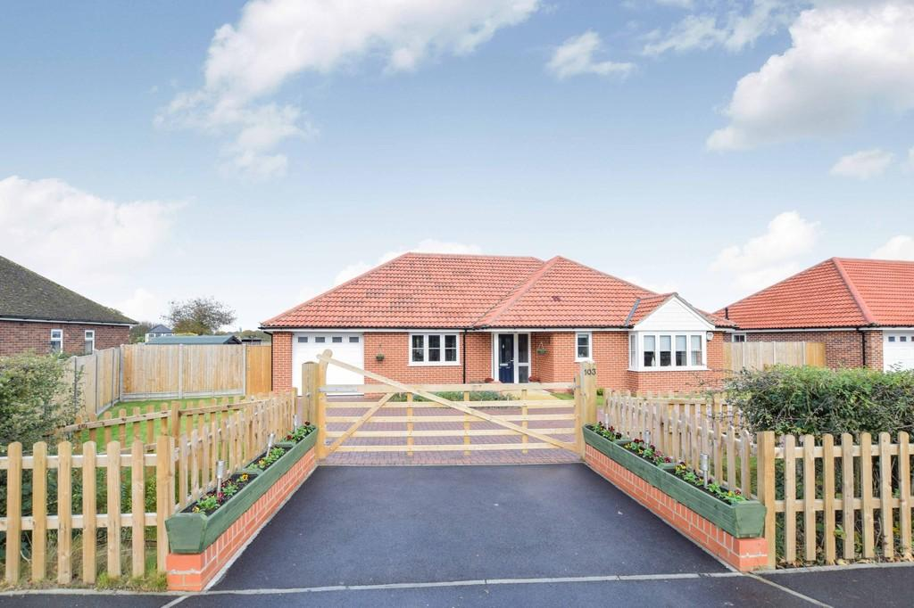 3 Bedrooms Detached Bungalow for sale in Holland Road, Little Clacton, CO16 9RU