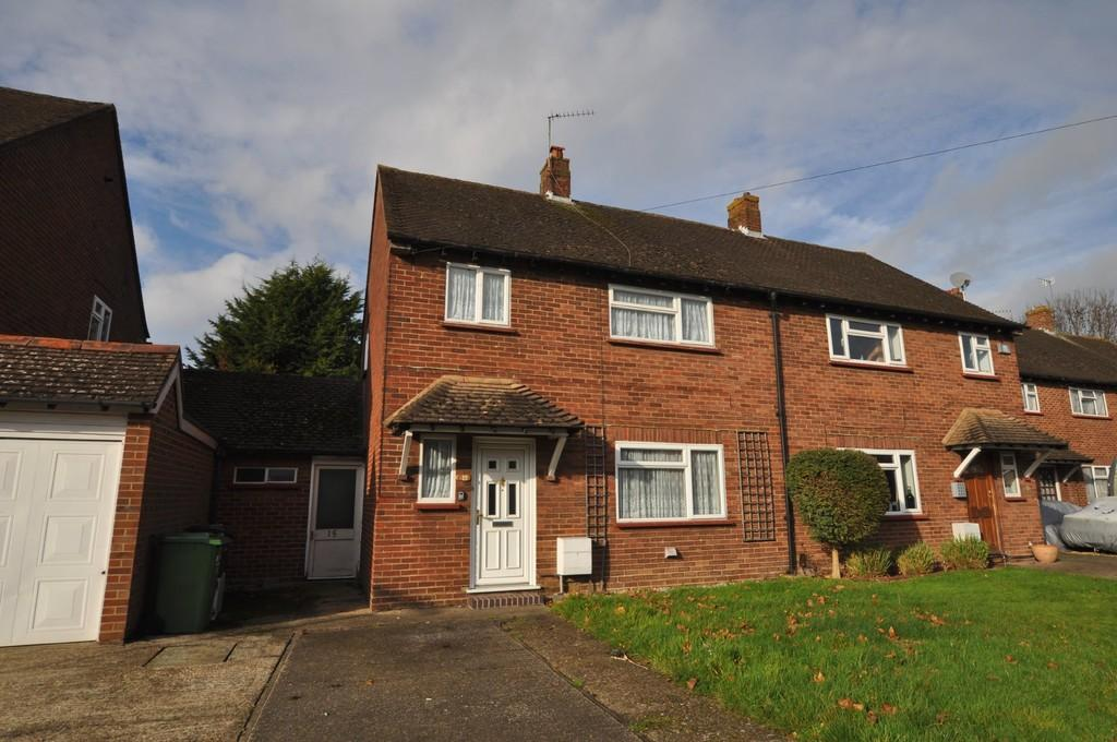 3 Bedrooms Semi Detached House for sale in Almond Close, Guildford