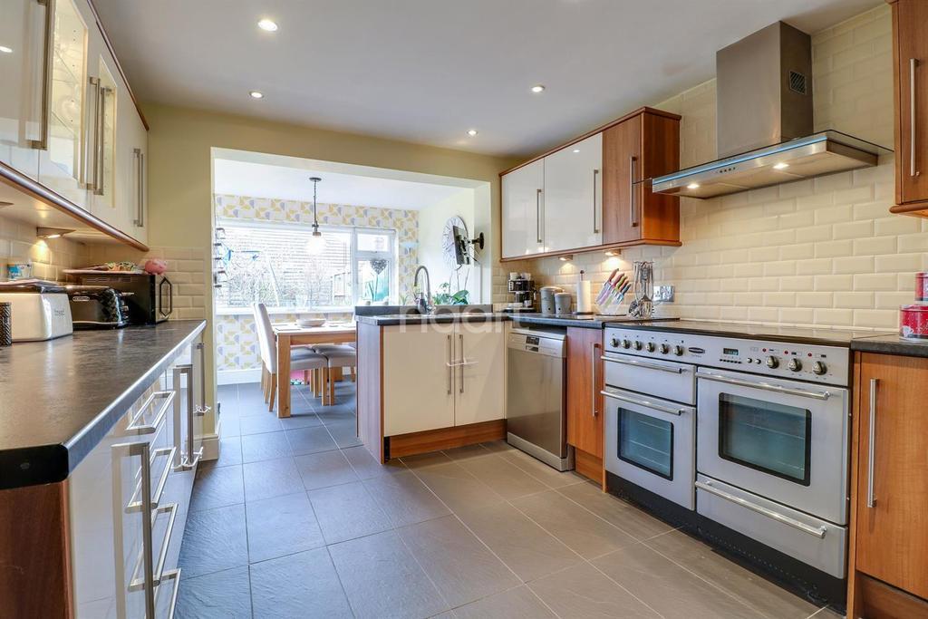 3 Bedrooms Semi Detached House for sale in St Clements Crescent, Benfleet