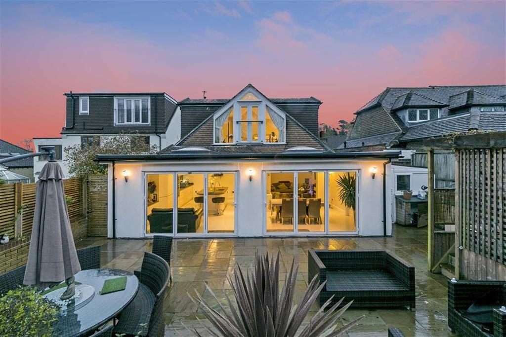 4 Bedrooms Detached Bungalow for sale in Hillside, Banstead, Surrey