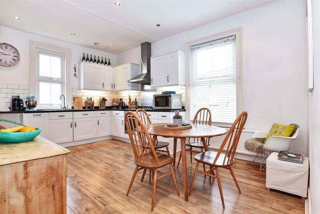 3 Bedrooms Maisonette Flat for sale in Kingsway, London
