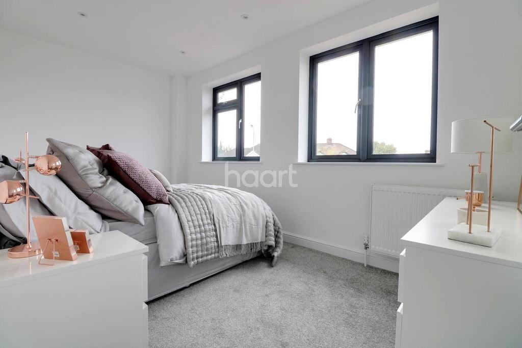 3 Bedrooms Terraced House for sale in Dunspring Lane, IG5 0UB