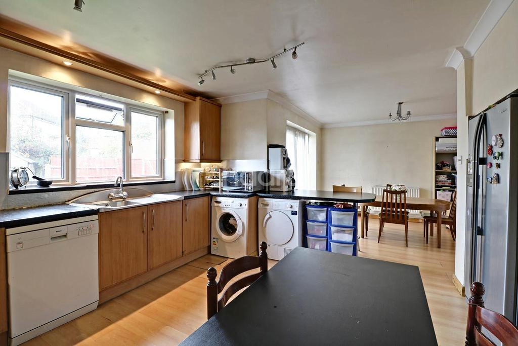 4 Bedrooms Semi Detached House for sale in Norwood Green