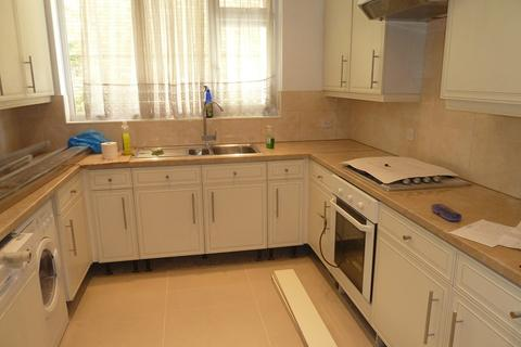 4 bedroom property to rent - Meadowbank, London