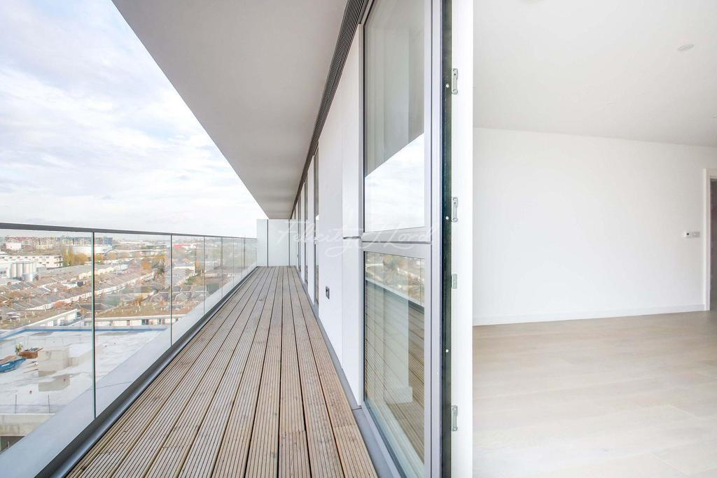 3 Bedrooms Flat for sale in Wyndham apartments, The River Gardens, SE10 OGA