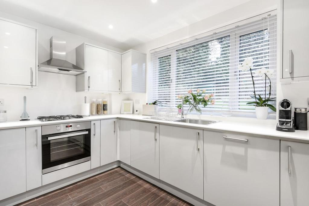 2 Bedrooms Flat for sale in Byland Close, Winchmore Hill