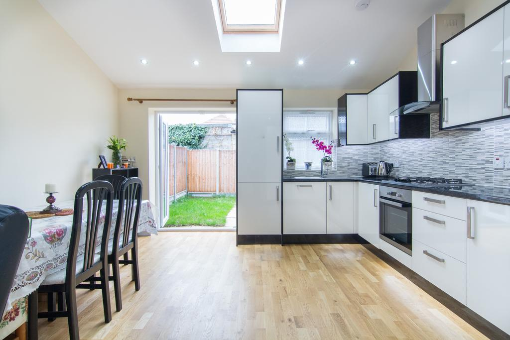 3 Bedrooms House for sale in Mark Close, Southall