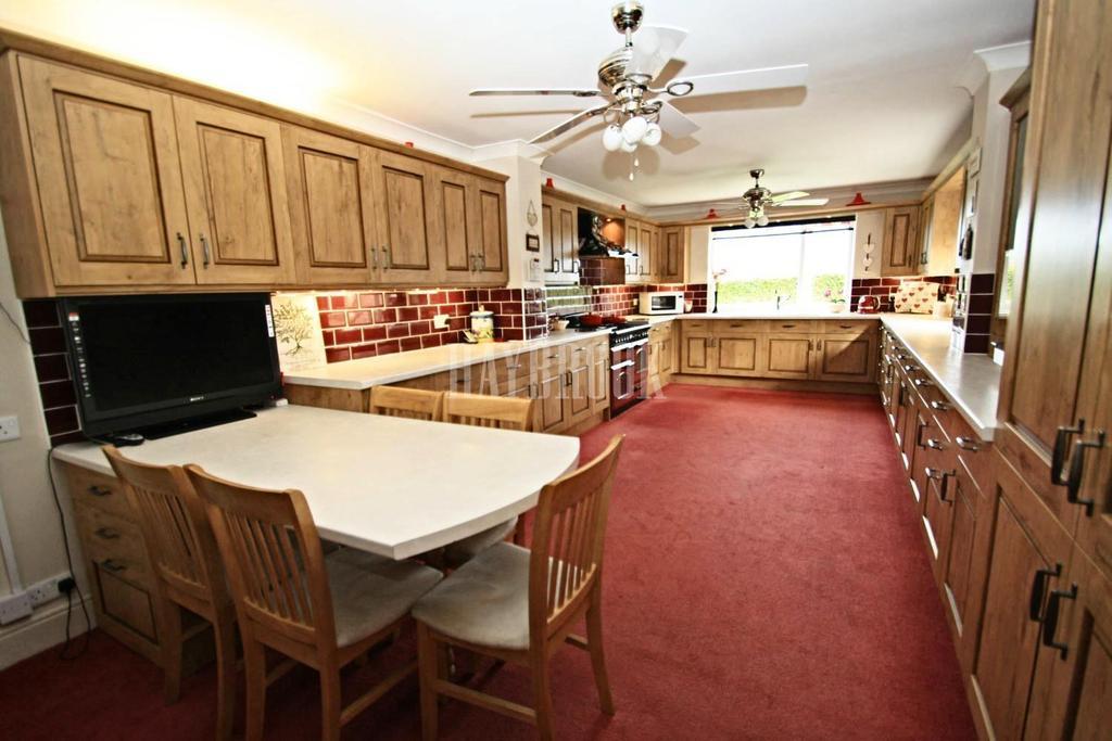 5 Bedrooms Bungalow for sale in Coal Pit Lane, Stocksbridge