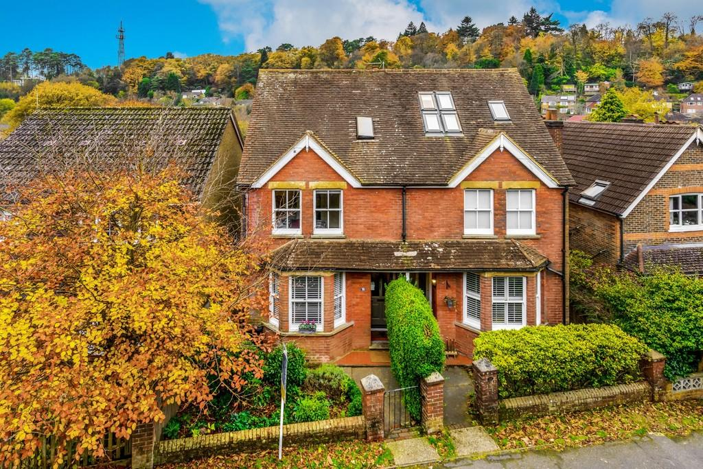 3 Bedrooms Semi Detached House for sale in The Avenue, Haslemere