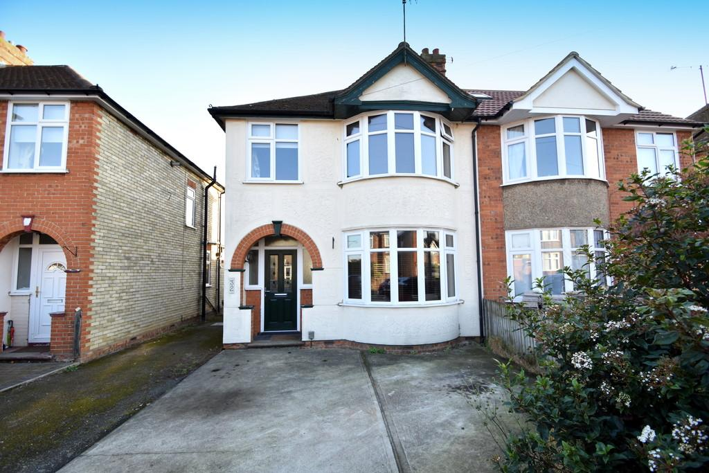 3 Bedrooms Semi Detached House for sale in Kingsgate Drive, Ipswich, IP4 4DL