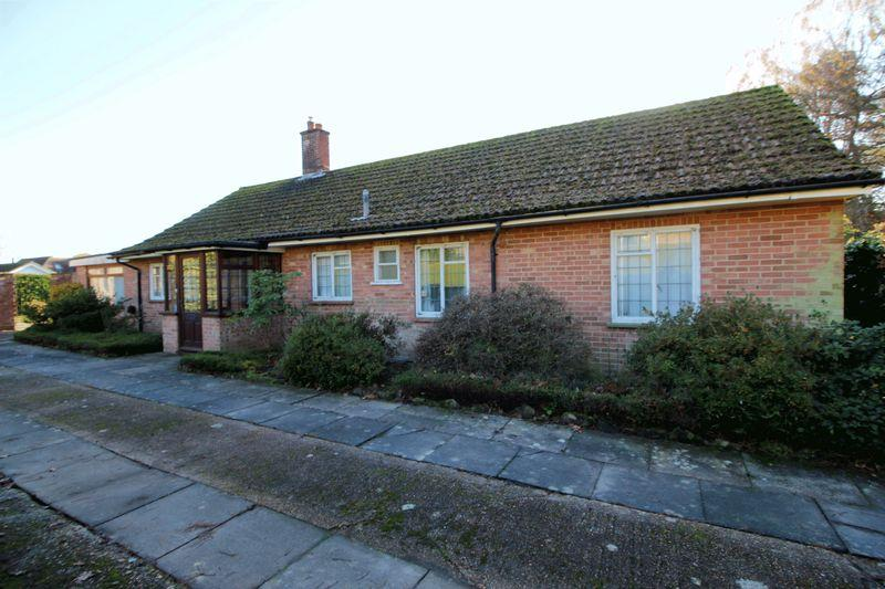 3 Bedrooms Detached Bungalow for sale in St Raphaels, Buxted, East Sussex